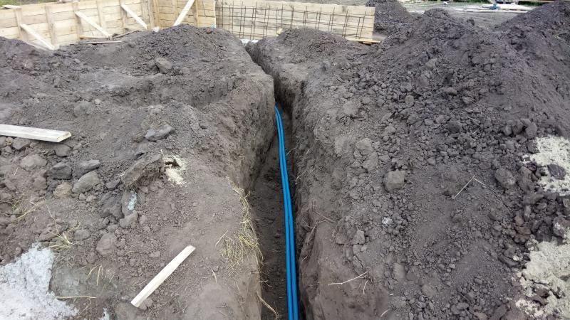 Укладка трубопровода и гильзы под электро кабель