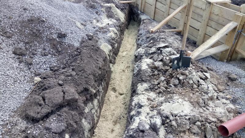 Засыпка песком канализационной трубы
