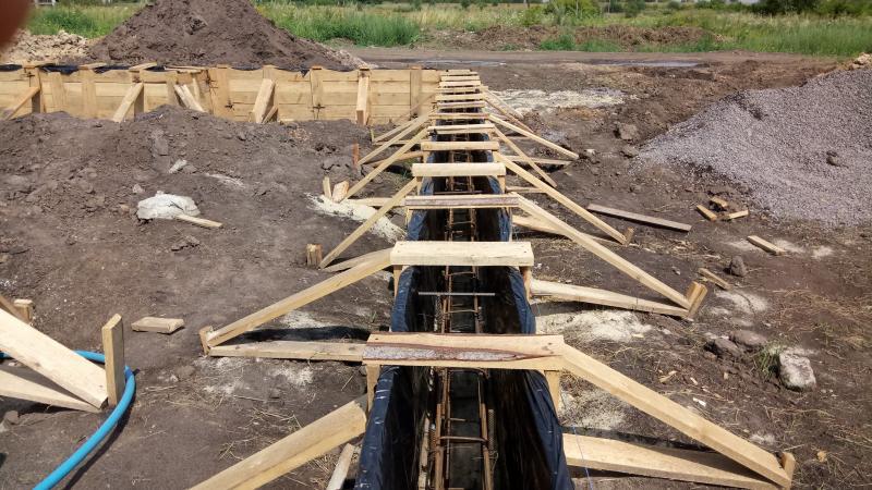 Крепление опалубки деревянными распорками