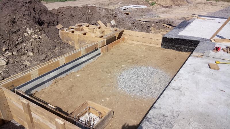 Уплотнение первого слоя глины