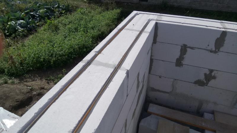 Кладка газобетона. Укладка арматуры под окнами на четвертом ряду