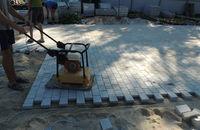укладка тротуарной плитки под виброплиту