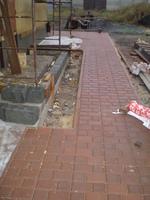 укладка тротуарной плитки вокруг дома